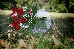 Het boeket van het huwelijk in het gras stock afbeeldingen