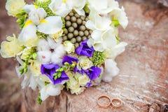 Het boeket van het huwelijk met ringen Stock Afbeelding