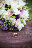 Het boeket van het huwelijk met ringen Stock Foto