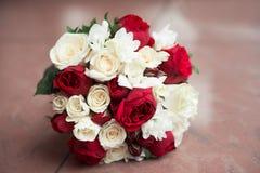 Het boeket van het huwelijk met rode en witte rozen Stock Foto's