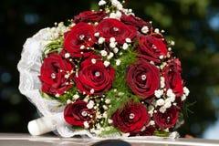 Het boeket van het huwelijk met rode rozen Stock Afbeeldingen