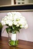 Het boeket van het huwelijk met witte rozen Stock Afbeelding
