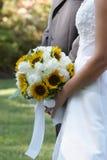 Het Boeket van het Huwelijk van de Holding van de bruid Stock Foto