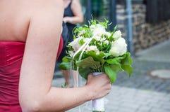 Het boeket van het huwelijk van witte rozen en witte bloemen Stock Afbeeldingen