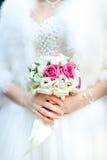 Het boeket van het schoonheidshuwelijk in bruid` s handen, close-up royalty-vrije stock foto