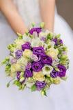 Het boeket van het schoonheidshuwelijk van violette en witte rozen stock afbeeldingen