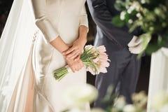 Het boeket van het huwelijk in de handen van de bruid Royalty-vrije Stock Fotografie