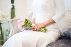 Het boeket van het huwelijk in de handen van de bruid Stock Afbeelding