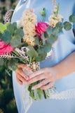Het boeket van het huwelijk in de handen van de bruid royalty-vrije stock foto's