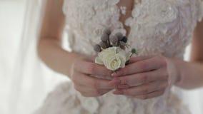 Het boeket van het huwelijk in de handen van de bruid De dag van het huwelijk overeenkomst stock videobeelden