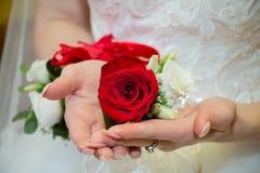 Het boeket van het huwelijk in de handen van de bruid stock foto