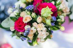 Het boeket van het huwelijk op de lijst Royalty-vrije Stock Fotografie