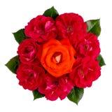 Het boeket van oranje één nam en vele rode die rozen op wit worden geïsoleerd toe royalty-vrije stock foto