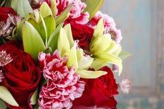 Het boeket van orchidee, nam en anjerbloemen toe Royalty-vrije Stock Foto's