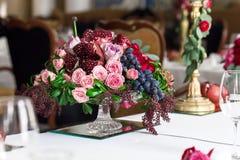 Het boeket van rode en roze rozen, pioenen met druiven en granaatappels in de Nederlandse stijl Royalty-vrije Stock Afbeeldingen