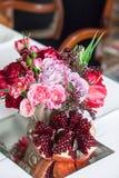 Het boeket van rode en roze rozen, pioenen met druiven en granaatappels in de Nederlandse stijl Stock Fotografie