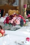 Het boeket van rode en roze rozen, pioenen met druiven en granaatappels in de Nederlandse stijl Royalty-vrije Stock Fotografie