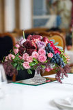 Het boeket van rode en roze rozen, pioenen met druiven en granaatappels in de Nederlandse stijl Stock Afbeeldingen
