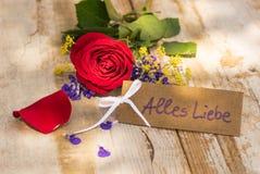 Het boeket van rode roze bloem en markering met Duitse teksten, Alles Liebe, betekent liefde Stock Fotografie