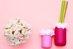 Het boeket van rozen, bloemen op de kruiken met roze achtergrond, de vlakke viering van de moedersdag, legt hoogste mening royalty-vrije stock foto's