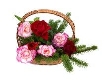 Het boeket van rozen is in een rieten mand Royalty-vrije Stock Afbeelding