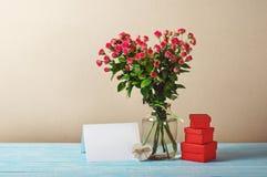 Het boeket van rozen met lege groetkaart en stelt voor Royalty-vrije Stock Foto