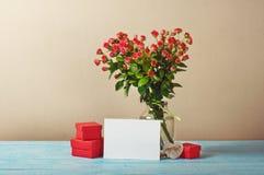 Het boeket van rozen met lege groetkaart en stelt voor Stock Afbeeldingen