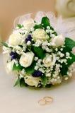 Het boeket van trouwringen en van rozen royalty-vrije stock foto