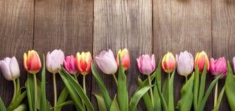 Het boeket van tulpen van de lente bloeit op oude houten raad op vakantie van Pasen stock foto's