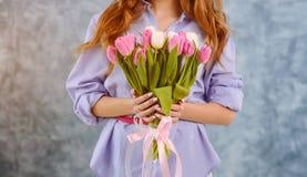 Het boeket van twee handwiths van tulpen Stock Foto's