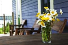 Het boeket van Wildflowers bij plattelandshuisje royalty-vrije stock fotografie