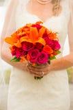 Het Boeketbloemen van de bruidholding Stock Foto's