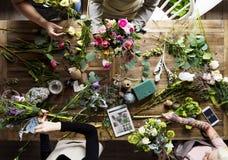 Het Boeketregeling van bloemistmaking fresh flowers Royalty-vrije Stock Foto's
