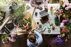 Het Boeketregeling van bloemistmaking fresh flowers Royalty-vrije Stock Afbeeldingen