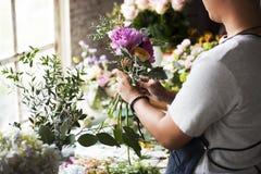 Het Boeketregeling van bloemistmaking fresh flowers Royalty-vrije Stock Foto