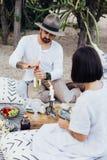 Het Boheemse hipsterpaar drinkt wijn stock fotografie