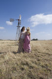 Het Boheemse vrouw twee stellen op gebied op landbouwbedrijf Royalty-vrije Stock Foto