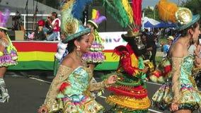 Het Boliviaanse Mannen en Vrouwen Dansen stock videobeelden
