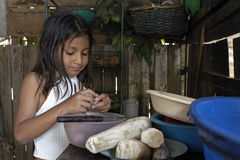 Het Boliviaanse meisje koken thuis in keuken royalty-vrije stock fotografie