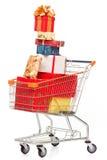 Het boodschappenwagentje met de giften van Kerstmis en stelt voor Stock Foto's