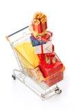 Het boodschappenwagentje met de giften van Kerstmis en stelt voor Stock Fotografie