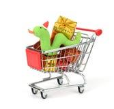 Het boodschappenwagentje vult met de Decoratie van Kerstmis Stock Afbeeldingen