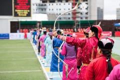 Het boogschieten vrouwelijke sport van Mongolië van het Naadamfestival royalty-vrije stock afbeelding