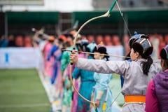 Het boogschieten vrouwelijke sport van Mongolië van het Naadamfestival royalty-vrije stock foto