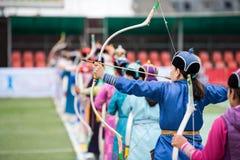 Het boogschieten vrouwelijke sport van Mongolië van het Naadamfestival stock afbeeldingen
