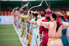 Het boogschieten vrouwelijke sport van Mongolië van het Naadamfestival royalty-vrije stock foto's