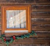 Het boomhuis, voor Kerstmis en Nieuwjaar wordt verfraaid dat, wordt binnen gevestigd royalty-vrije stock foto's