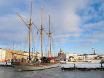 Het bootparkeren in het bevroren overzees Royalty-vrije Stock Foto's