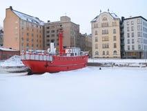 Het bootparkeren in het bevroren overzees Royalty-vrije Stock Fotografie