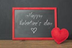 Het bordkader met tekst en rood voelde hart als decor op houten lijst De kaart van de valentijnskaart `s Spot omhoog Royalty-vrije Stock Fotografie
